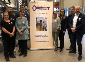 Åtta tillgänglighetskonsulter framför Svensk Tillgänglighets roll up