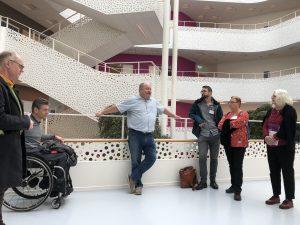 Guiden Jesper berättar för gruppen om handikappens hus