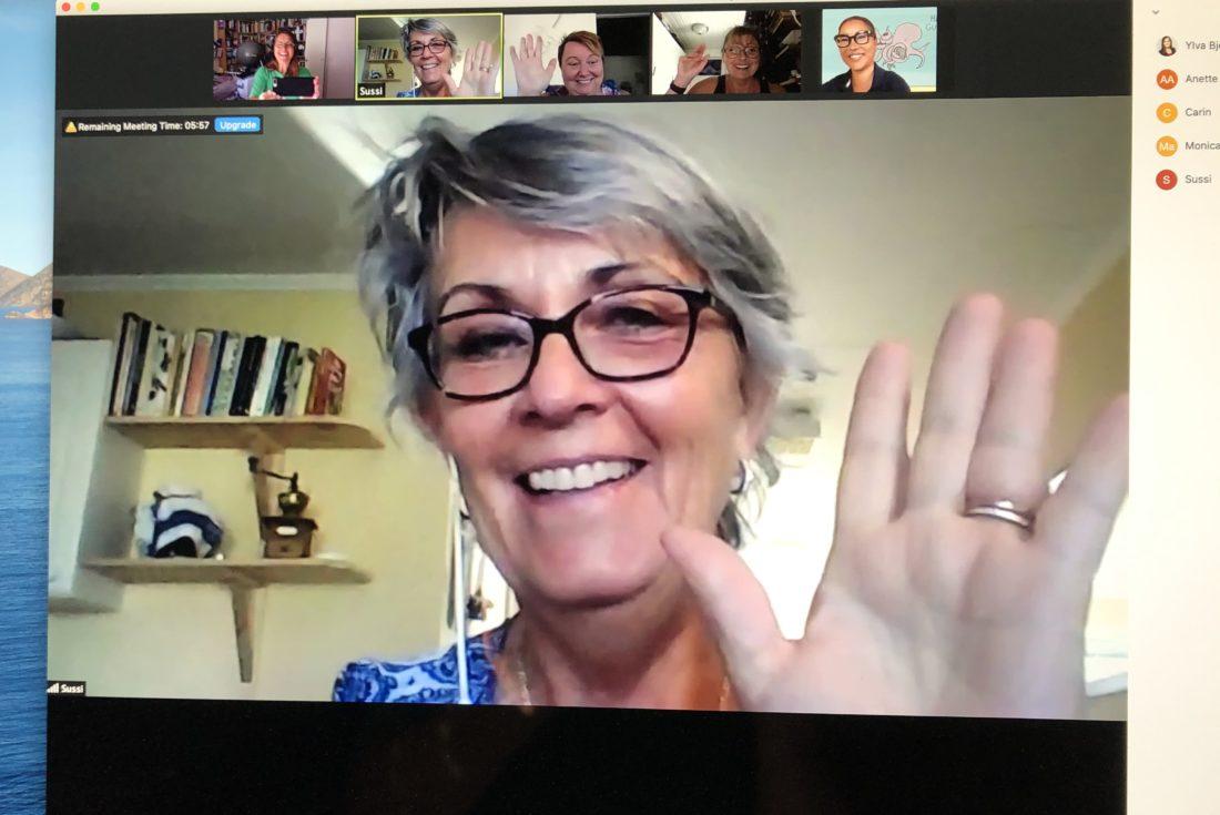 glada personer som deltar i en videokonferens