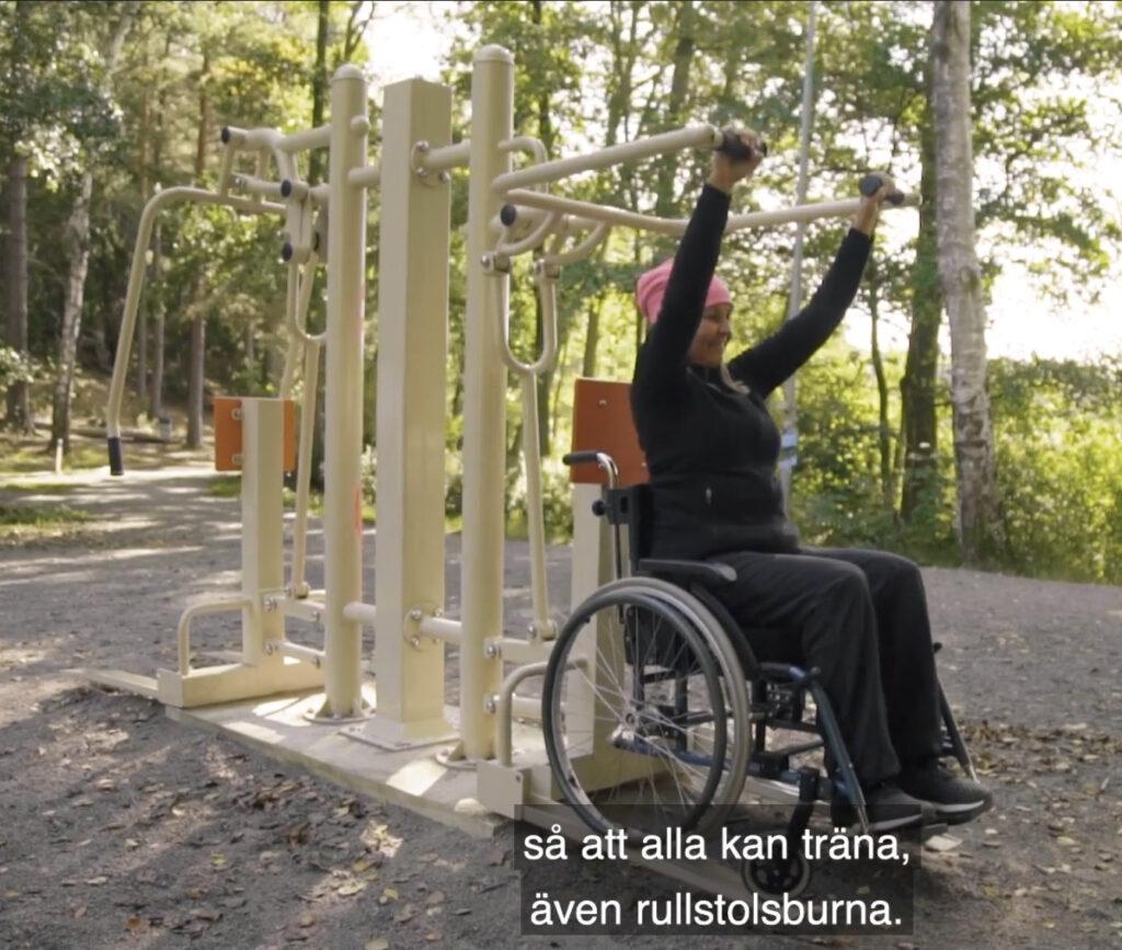 kvinna i rullstol som tränar vid Garnuddens utegym